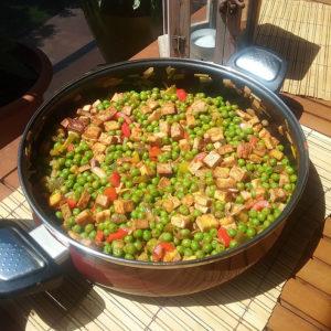 Cazuela de guisantes salteados con verduras y tofu