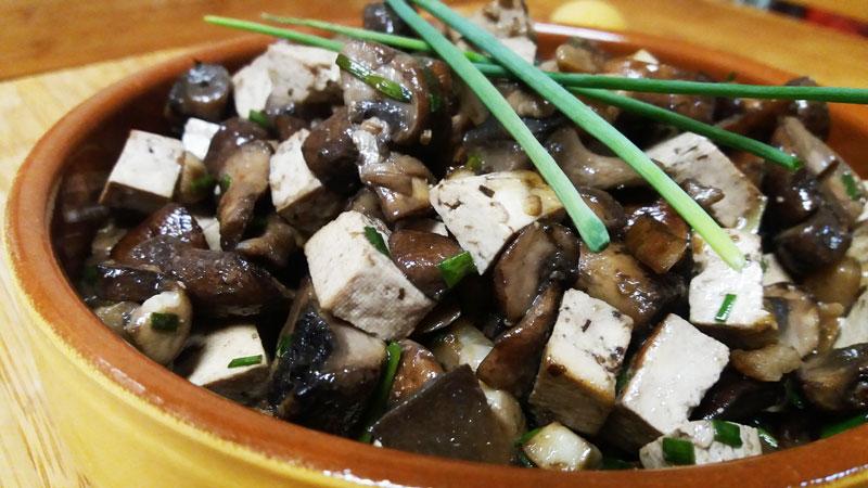 Champiñones con tofu al ajillo