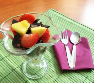 copa de frutas y chocolate