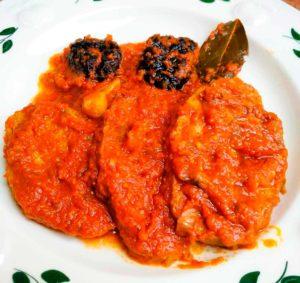 Seitán con salsa de tomate y ciruelas
