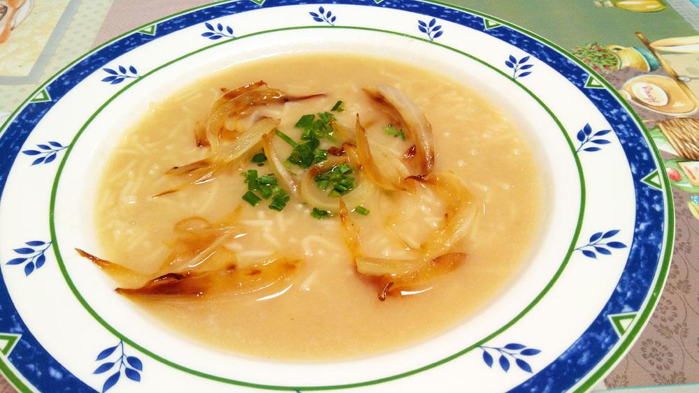 Sopa depurativa de cebolla, nabo y fideos